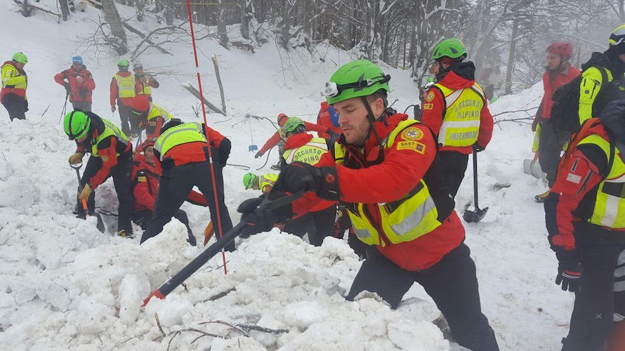 Cuneo, sciatori travolti dalla valanga Morto un escursionista di 41 anni